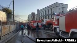 Огонь на Ошском рынке Бишкека тушили 10 пожарных расчетов. 13 апреля 2018 года.
