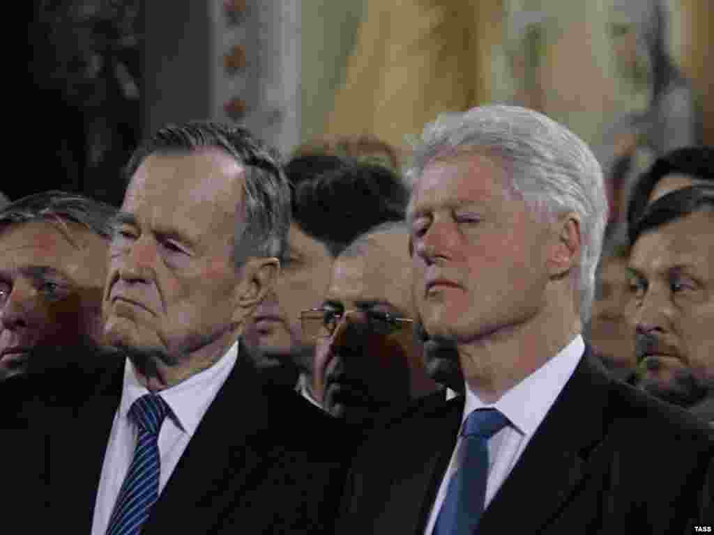 The service was also attended by foreign dignitaries, including former U.S. Presidents George Bush (left) and Bill Clinton. (TASS)