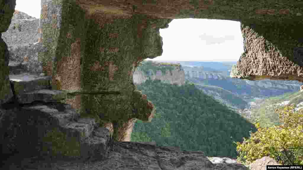 Зараз на Мангуп ведуть три стежки, одна з яких – «Жіноча» – простягається яром Табана-Дере (Шкіряний яр), повз зовнішню оборонну стіну і стародавнє караїмське кладовище. Стіна являла собою в період розквіту Мангупа величезну споруду з 18 баштами і прикривала місто з боку ярів