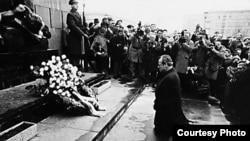 Njemački kancelar Willy Brandt, na koljenima pred spomenikom žrtvama njemačkog nacizma, Varšava, 1970.