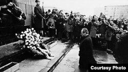 Willy Brandt kleči pred spomenikom žrtvama Varšavskog geta, 1970.