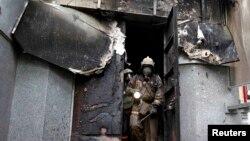 Пожежники оглядають будівлю МВС у Маріуполі, яку певний час утримували озброєні сепаратисти, 9 травня 2014 року