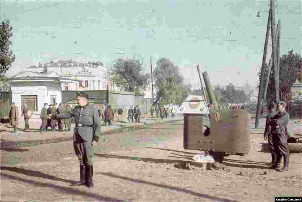 29 сентября около 30 тысяч евреев подчинились приказу, развешенному по городу на немецком, русском и украинском языках. После двух лет нейтральных отношений между СССР и Германией, когда советская пресса ничего не сообщала о нацизме, евреи Киева не представляли, в какой опасности они находятся.