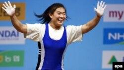 Казахстанская штангистка Майя Манеза только что завоевала медаль чемпиона мира. Гойанг, 25 ноября 2009 года.