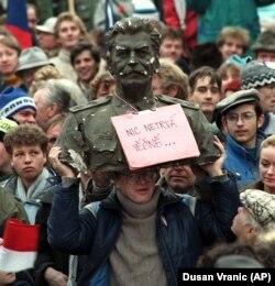 """Stalin purtând înscrisul """"Nimic nu durează la nesfârșit"""", la una din manifestațiile Revoluției de Catifea de la Praga, din noiembrie 1989"""