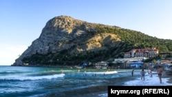 Пляж в крымском поселке Новый Свет. Иллюстрационное фото