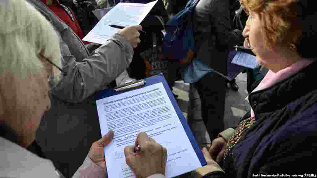 Акция кезінде белсенділер Қырым татарларын қудалауды тоқтату туралы петиция жазды.