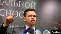 Российский оппозиционер Илья Яшин выступает с докладом о Рамзане Кадырове.