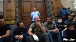 Armenia - Opposition leader Nikol Pashinian and his supporters block the entrance to the Central Bank building in Yerevan, 17 April 2018.
