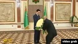 Prezident Berdimuhamedow egindeşlerinden gutlag kabul edýär.