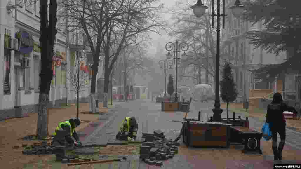 Будівельники кладуть тротуарну плитку в Сімферополі, 6 лютого 2017 року