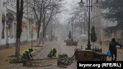 Строители перекладывают тротуарную плитку в начале улицы Пушкина, Симферополь, 6 февраля 2017 года
