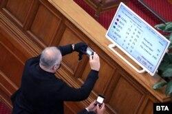 Парламентът опита през април да проведе извънредно заседание, на което да изслуша Борисов, но не събра кворум