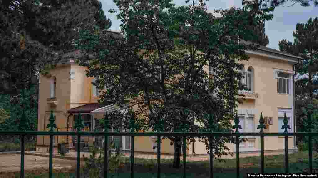 В аналогичных «немецких» домах верхнего поселка обустроилась чета Константиновых. Детство и школьные годы нынешнего спикера российского парламента Крыма прошли как раз таки в поселке Научный