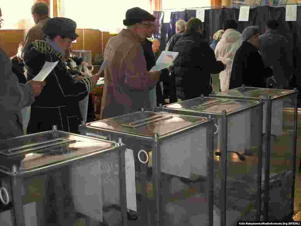 Не у всіх регіонах країни вдалося вчасно розпочати голосування. На частині дільниць Львова та області голосування розпочалось на 20-40 хвилин пізніше. Більше про це. На фото - черга на виборчій дільниці у Дніпропетровську. Дніпропетровськ, 31 жовтня