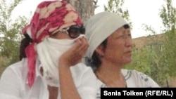 Женщины сидят на площади Жанаозена в поддержку бастующих нефтяников. 10 июля 2011 года.