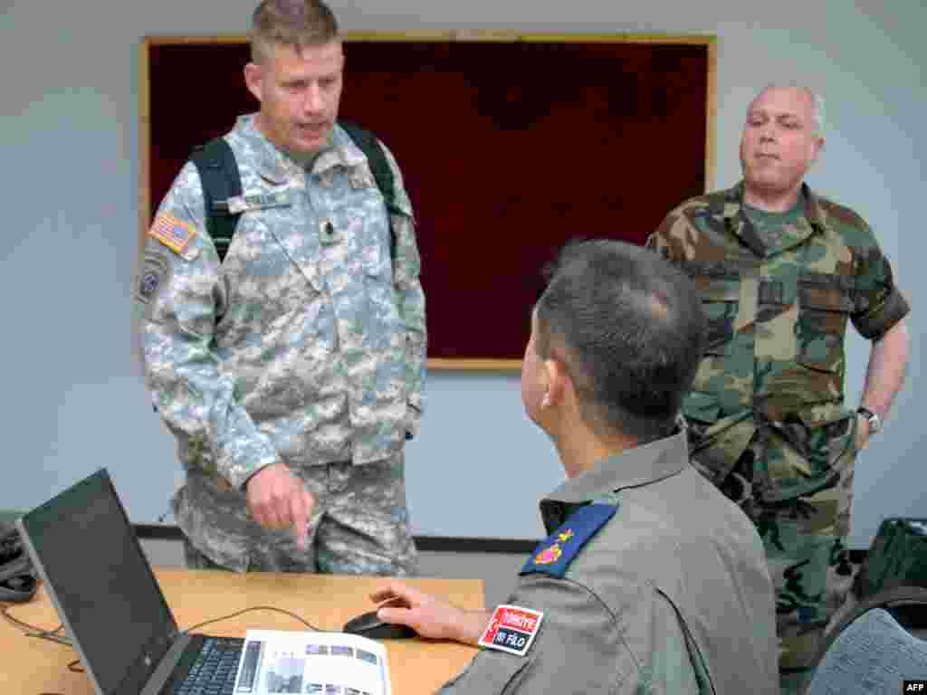 ქართველი, ამერიკელი და თურქი სამხედროები თეორიული მეცადინეობისას - ნატოს სამეთაურო-საშტაბო წვრთნა ვაზიანში