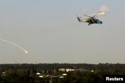Український гелікоптер Мі-24 під час операції зі звільнення Донецького аеропорту. 26 травня 2014 року