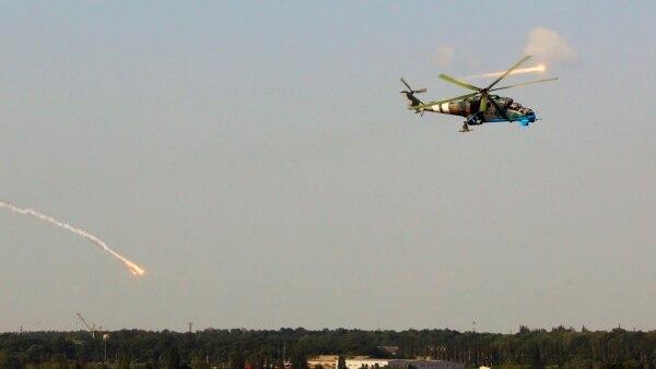 Вертоліт Мі-24 Збройних сил України в небі неподалік Донецького аеропорту, 26 травня 2014 року