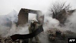 Разрушения после артиллерийского обстрела в населенном пункте Авдеевка на востоке Украины.