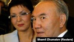 Нурсултан Назарбаев в бытность президентом Казахстана и его дочь Дарига Назарбаева на церемонии открытия Евразийского медиафорума в 2005 году.
