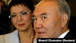 Нурсултан Назарбаев в бытность президентом Казахстана. За ним — его дочь Дарига Назарбаева.