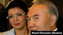 Нурсултан Назарбаев (когда занимал пост президента Казахстана) и его дочь Дарига Назарбаева на церемонии открытия Евразийского медиафорума в 2005 году.