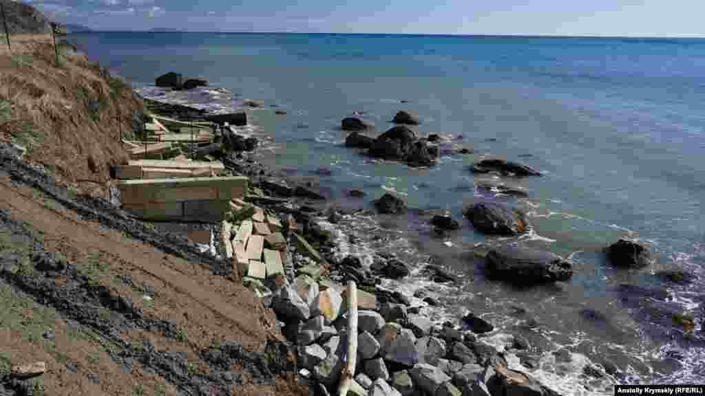 Чи то це планове берегове укріплення, то чи просто викинуті у води «зайві» будматеріали