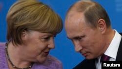 Канцлер Німеччини Анґела Меркель під час особистого спілкування з президентом Росії Володимиром Путіним, Санкт-Петербург, Росія, 21 червня 2013 року (архівне фото)