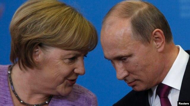 Канцлер Німеччини Ангела Мекрель (Л) та президент Росії Володимир Путін (П)