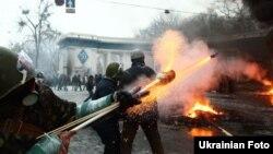 Демонстранттар менен полиция ортосундагы кагылыш. Киев, 22-январь, 2014.