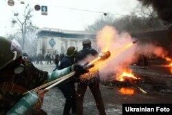 Шерушілер полицияға от лақтырып жатыр. Киев, 22 қаңтар 2014 жыл.
