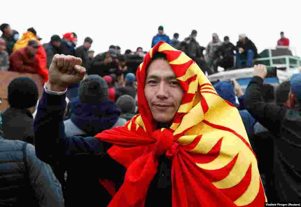 КИРГИСТАН - Централната изборна комисија на Киргистан ги поништи резултатите од парламентарните избори одржани на 4 октомври, исполнувајќи ги барањата на илјадници демонстранти кои излегоа на улиците и упаднаа во државните згради велејќи дека партиите на естаблишментот победиле преку купување гласови.