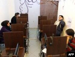 Internet i cyber cafe u Teheranu, 2011.