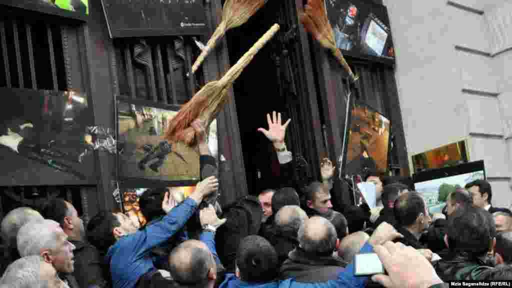 Tbilisi, 8 fevral 2013. Saakashvili əleyhidarları Milli kitabxanın girişini kəsirlər