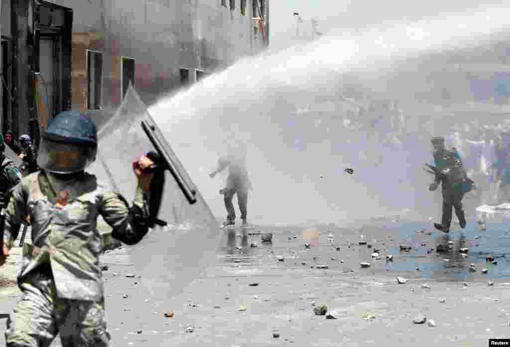 ავღანეთის დედაქალაქ ქაბულში ხალხი საპროტესტო აქციისას ქვებს უშენს სამართალდამცველებს.(REUTERS/Omar Sobhani)