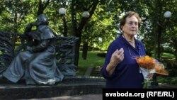 Пас Дамейка, праўнучка Ігната Дамейкі каля помніка Адаму Міцкевічу ў Менску