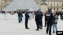 Поліцейські патрулюють територію Лувру