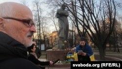 Мастак Аляксай Марачкін на акцыі каля помніка Тарасу Шаўчэнку ў Менску, 9 сакавіка 2014 году