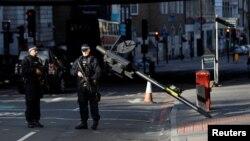 Policët afër vendit ku tre vetë i kishin sulmuar njerëzit në London Bridge