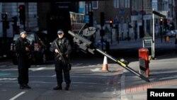Британські поліцейські на місці нападу у Лондоні, 5 червня 2017 року