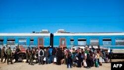 Мигранты, прибывшие в Грецию, следуют в Македонию, где садятся на поезда
