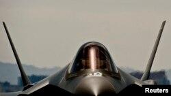 Американский многоцелевой истребитель-бомбардировщик F-35 на авиабазе в Неваде.