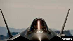 صنایع هواپیماسازی لاکهید مارتین آمریکا نیز در روزهای گذشته در مراسمی در تگزاس، نخستین فروند از جنگنده پیشرفته اف-۳۵ را با حضور آویگدور لیبرمن، وزیر دفاع اسرائیل، در اختیار نیروی هوایی این کشور قرار دادند