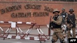 Лахордогу Каддафи стадионундагы оюн бүгүнкүгө белгилеген. Стадионду кайтарган коопсуздук кызматкерлери.