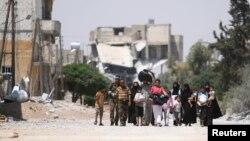 Сириялық көтерілісшілер мен Алеппо тұрғындары қаланың қауіпсіздеу ауданына бара жатыр. Сирия, 7 тамыз 2016 жыл.