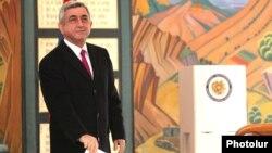 Սերժ Սարգսյանը քվեարկում է Երեւանի թիվ 9/11 ընտրատեղամասում, 18-ը փետրվարի, 2013թ.