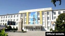 У здания университета в городе Шымкенте.