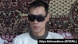 Әскерден мүгедек болып оралған Дәурен Кенжебеков. Бақтыбай ауылы, Алматы облысы, желтоқсан, 2010 жыл.