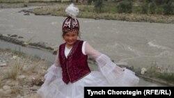Бүбүкадича Абдысамат, кыргыз окуучу кыз. Санжу өзөнүнүн жээги, Кең-Кыя, Хотан, ШУАР, КЭР. 27.7.2015.
